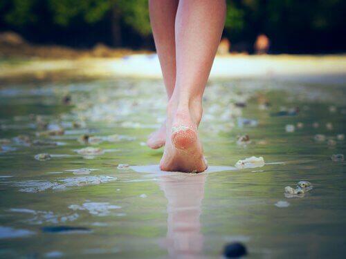 Fötter som går i vatten