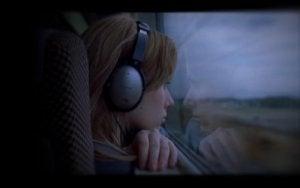 Kvinna på tåget.