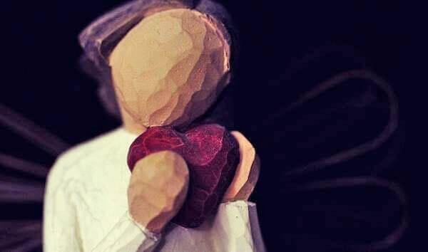 Kvinna som håller ett hjärta.
