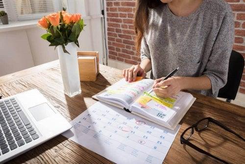 Kvinna som planerar med hjälp av en kalender