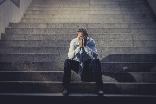Nedstämd man som just blivit sparkad från jobbet