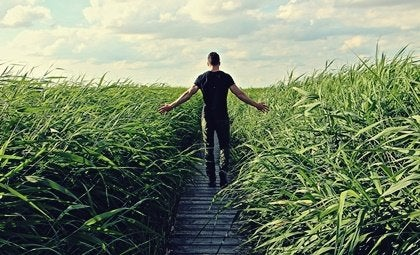 Man som står vid ett fält.