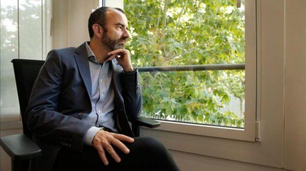 Rafael Santandreu tittar ut genom ett fönster.