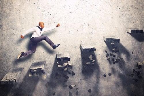 Motiverad man som springer uppför en trappa