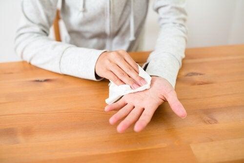 Person med hyperhidros i händerna