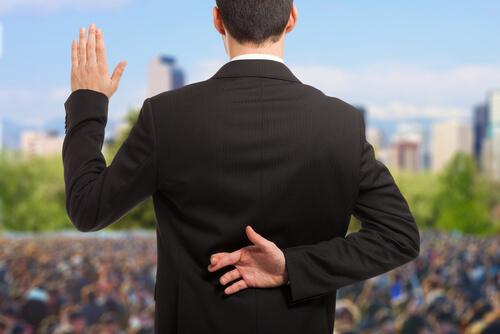 Politiker korsar fingrarna bakom ryggen.