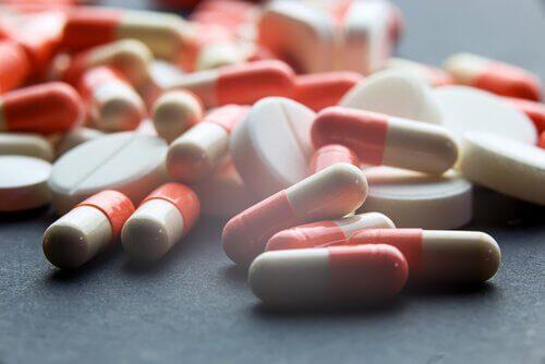 Röda och vita piller.