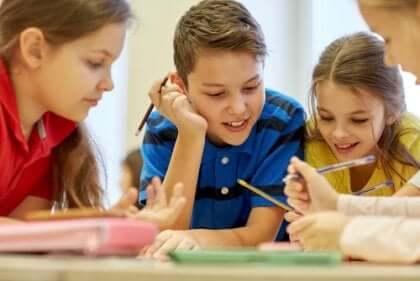 En lärarinna som arbetar med sina elever