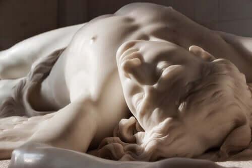 En staty av marmor