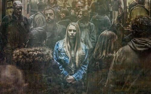 Kvinna i folkmassa