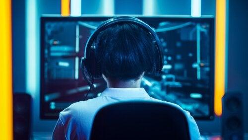 Person spelar datorspel
