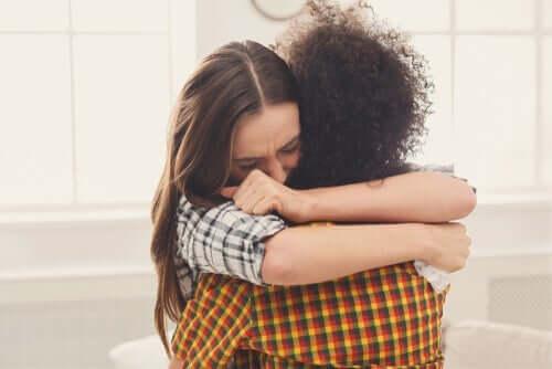 Personer kramar varandra