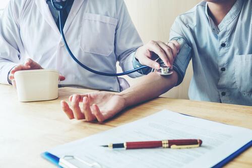 Vad är vitrockshypertoni vid blodtrycksmätning?