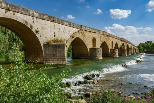 Bro över flod.