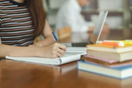 Elever som studerar.