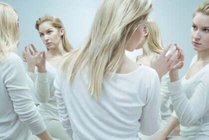 En kvinna som reflekteras flera gånger i en spegel
