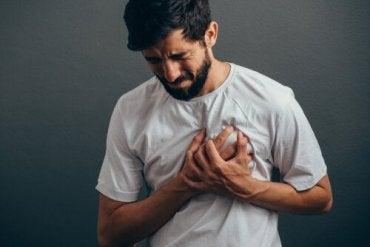bröstsmärta vänster sida