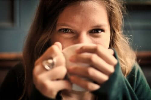 En kvinna som dricker te.