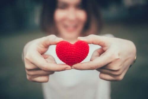 En kvinna med ett virkat hjärta.