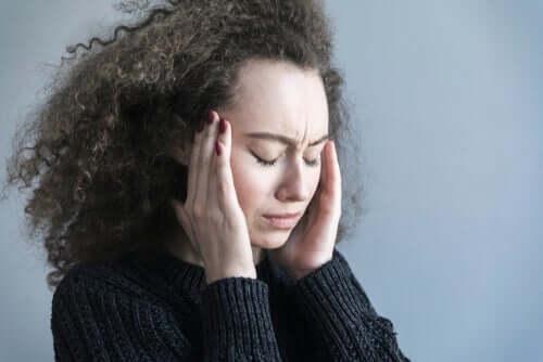 Kvinna som huvudvärk.