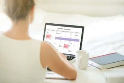 Kvinna med laptop.
