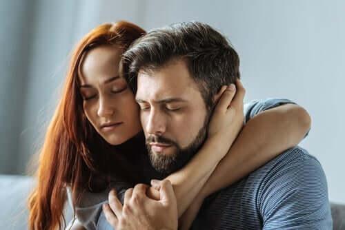 Kvinna och man som kramas.