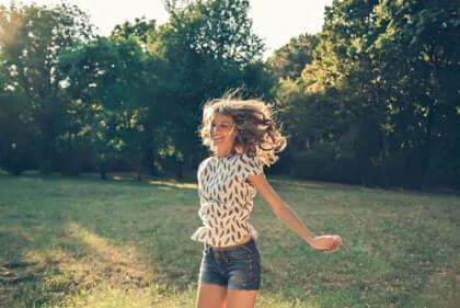 Leende kvinna som gör glädjeskutt