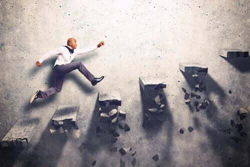 Man klättrar uppför vägg