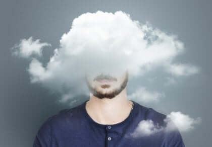 Man med huvudet i ett moln