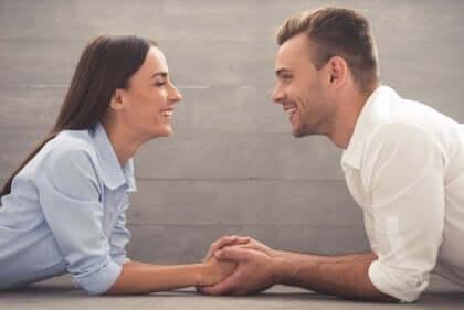 Man och kvinna som håller varandras händer.