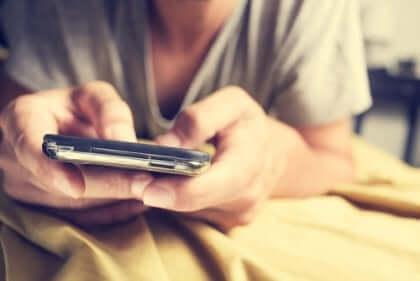 Man som använder smartphone.