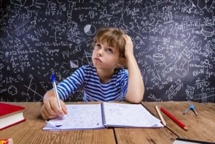 Skolpojke som grubblar över matematiskt problem