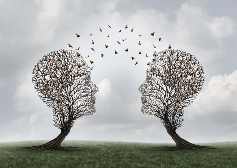 Träd som är formade som huvuden.