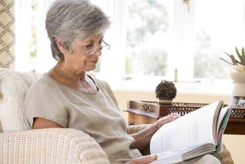 Äldre läsande kvinna
