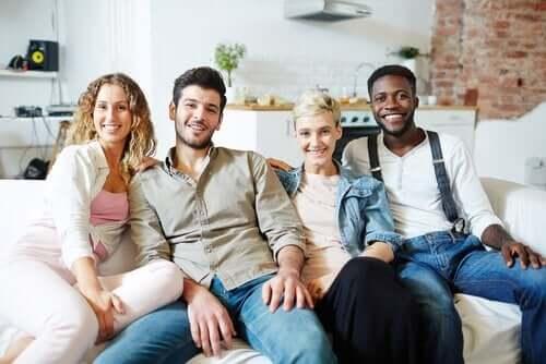 Lycklig polyamorös familj