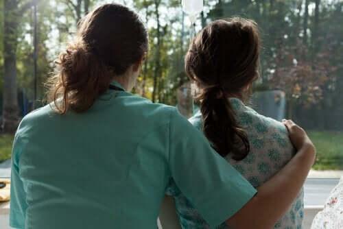 Sköterska kramar patient