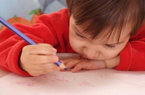 Barn med penna.