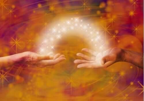 Energi går från en hand till en annan.
