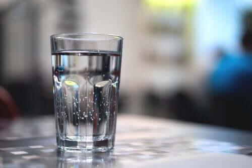 Ett glas med vatten.
