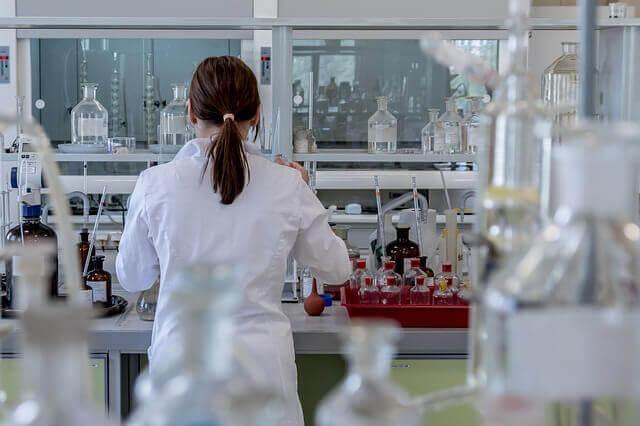 Forskare som arbetar.