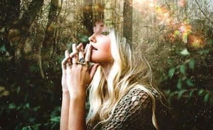 Funderande kvinna i naturen
