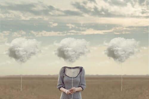Huvudlös kropp som håller ett moln i en tråd