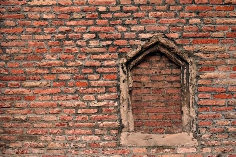 Igenmurat fönster i byggnad.