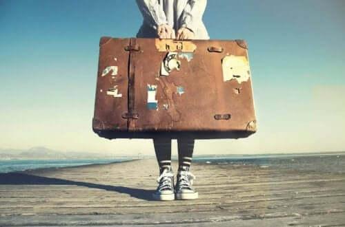 Kvinna med resväska.