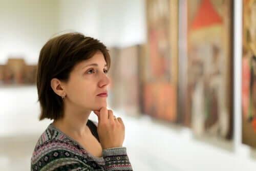 Kvinna som tittar på konst.