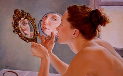 Kvinna som tittar sig i spegeln.