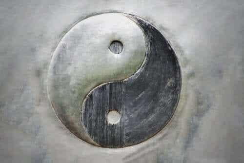 Ying och Yang: naturen hos existensens dualitet