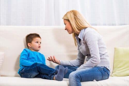Mamma som pratar med sin son på soffan