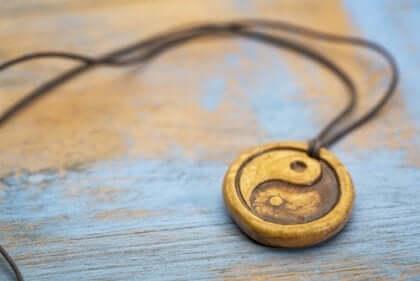 Medaljong med yin och yang.