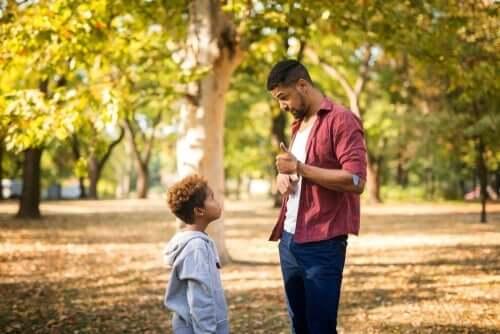 Pappa som tillrättavisar sin son